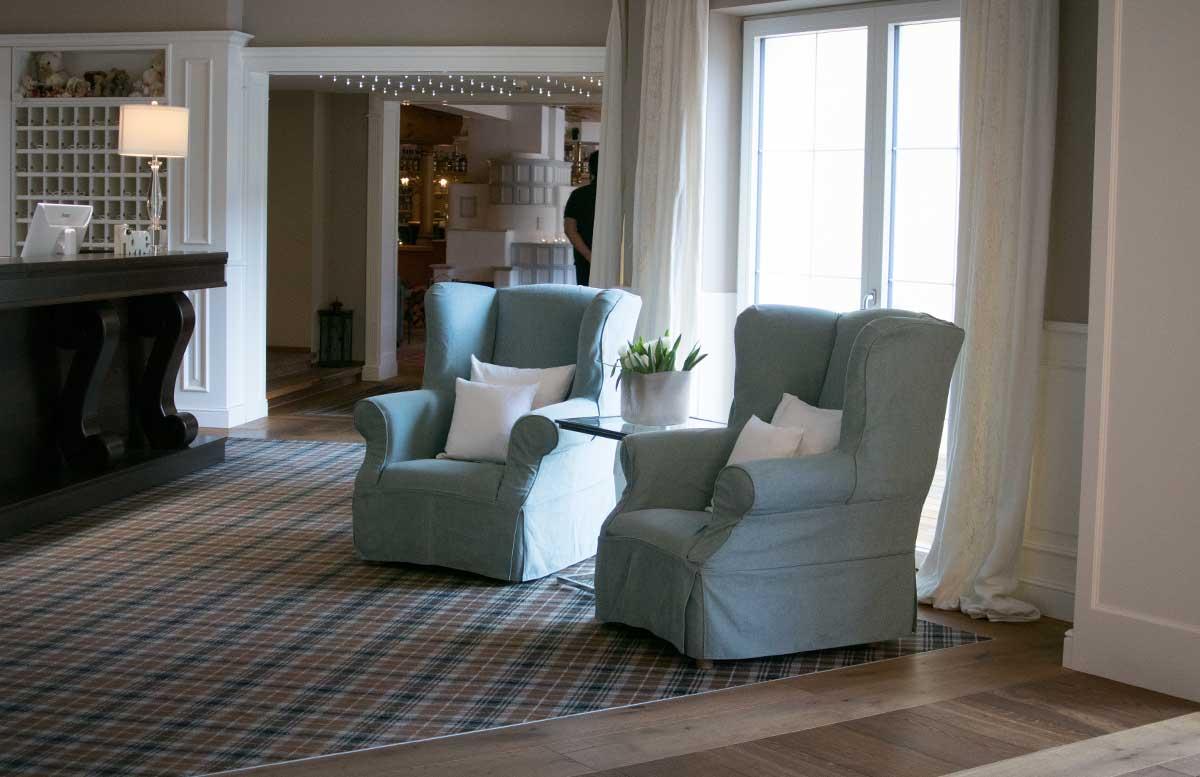 Hotel Gut Weissenhof in Radstadt das hotel couch in der lobby rezeption