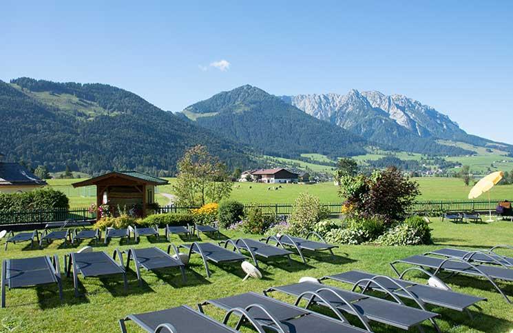 Hotel-Seehof-am-Walchsee-berge-und-liegen