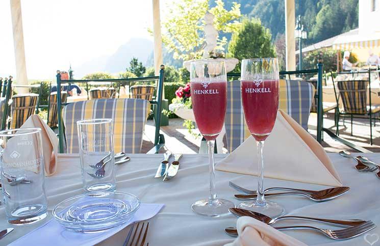 Hotel-Seehof-am-Walchsee-grillabend-glas-sekt