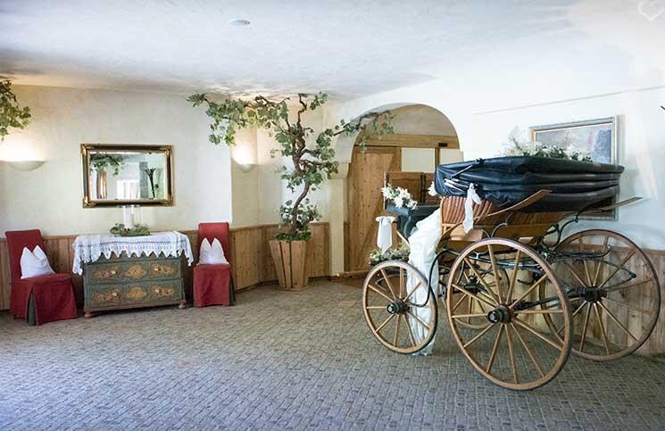 Hotel-Seehof-am-Walchsee-kutsche-im-hotelflur