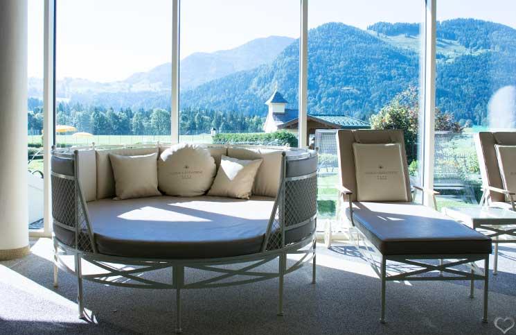 Hotel-Seehof-am-Walchsee-liege-beim-indoor-pool