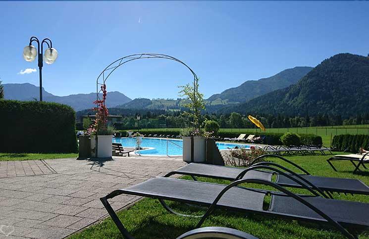 Hotel-Seehof-am-Walchsee-weg-zum-pool