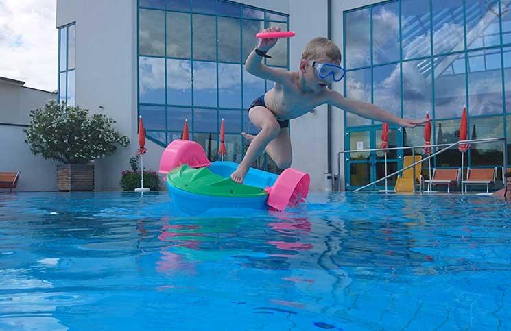 Hotel-Sonnenpark-bei-der-Sonnentherme-Lutzmannsburg-fun-im-pool