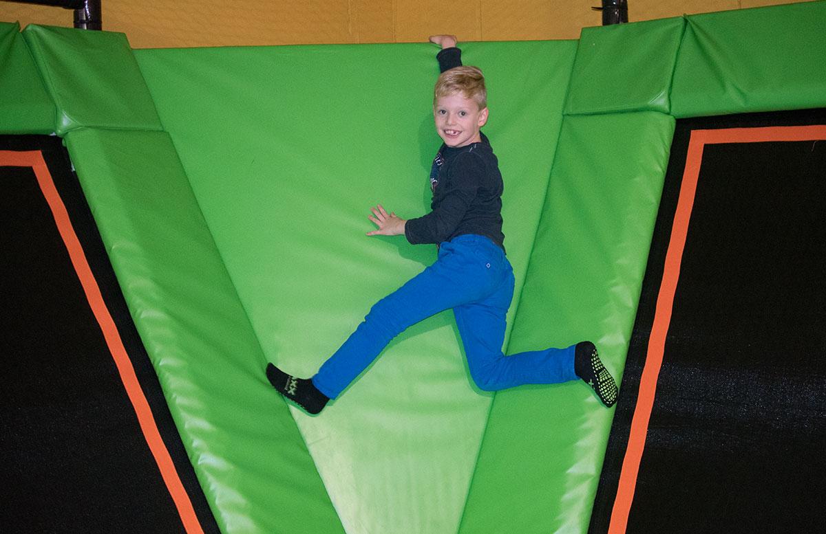 JumpMAXX-Trampolinwelt-mit-Ninja-Parcours-in-Wien-matten-klettern