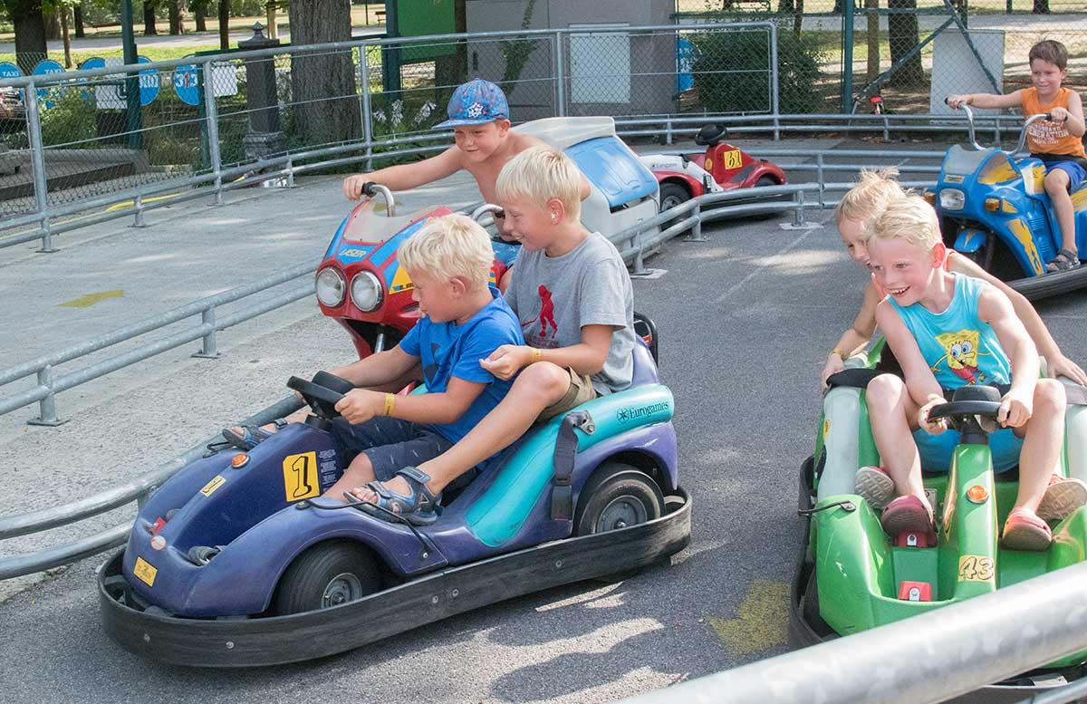 Kindergeburtstag in der Kolariks Luftburg Praterfee autofahren jungs autobahn action