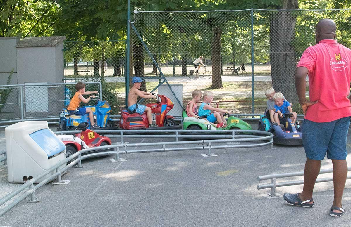 Kindergeburtstag in der Kolariks Luftburg Praterfee autofahren jungs autobahn