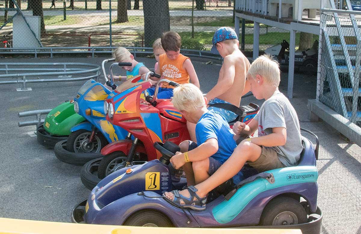 Kindergeburtstag in der Kolariks Luftburg Praterfee autofahren jungs