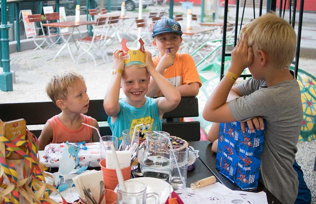 Kindergeburtstag in der Kolariks Luftburg Praterfee torte zum geburtstag mit krone und freunde