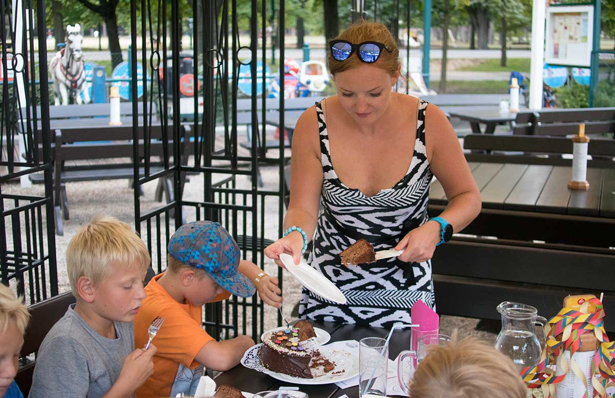 Kindergeburtstag in der Kolariks Luftburg Praterfee torte zum geburtstag vicky schneidet an