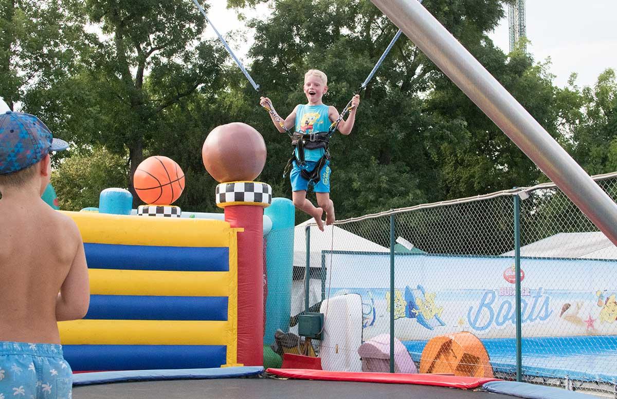 Kindergeburtstag in der Kolariks Luftburg Praterfee salto trampolin springen hüpfen