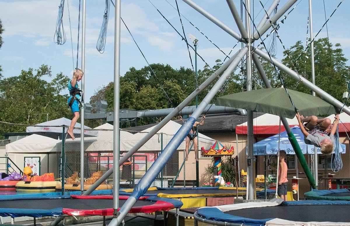 Kindergeburtstag in der Kolariks Luftburg Praterfee salto trampolin springen