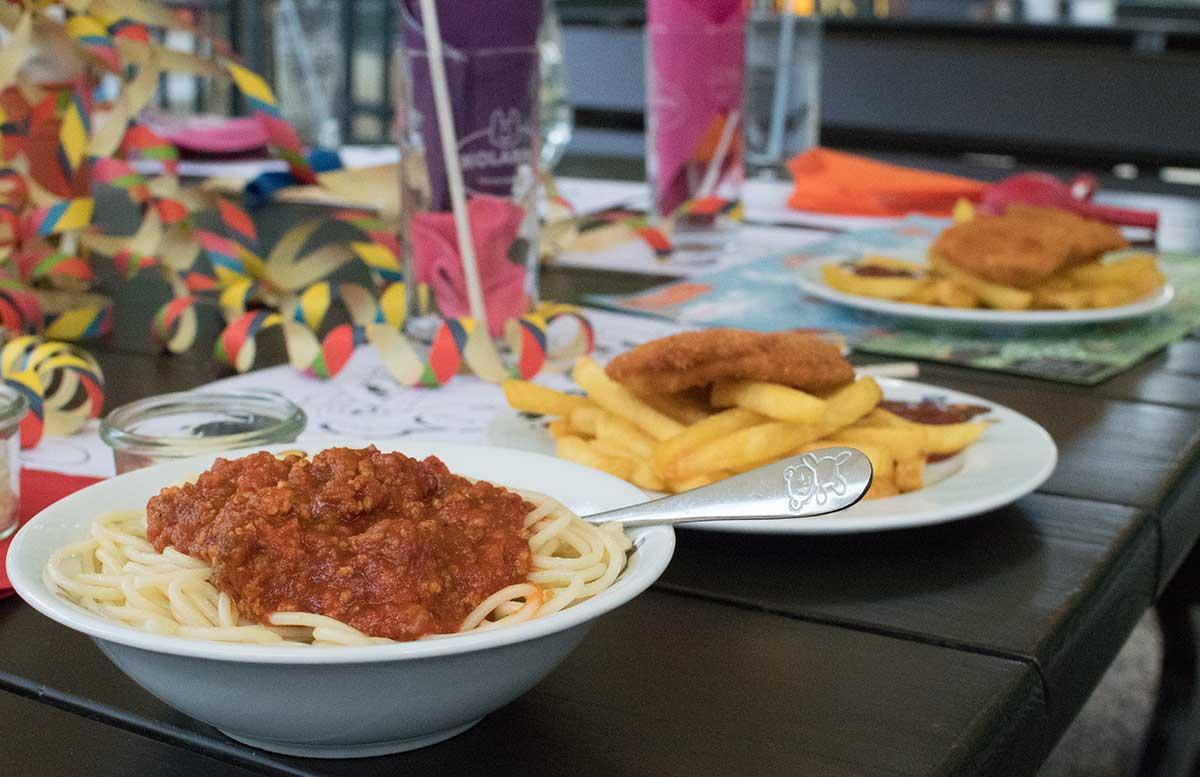 Kindergeburtstag in der Kolariks Luftburg Praterfee torte zum geburtstag schnitzel und spaghetti