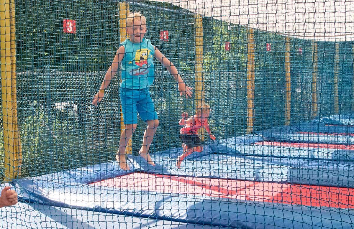 Kindergeburtstag in der Kolariks Luftburg Praterfee trampolin springen