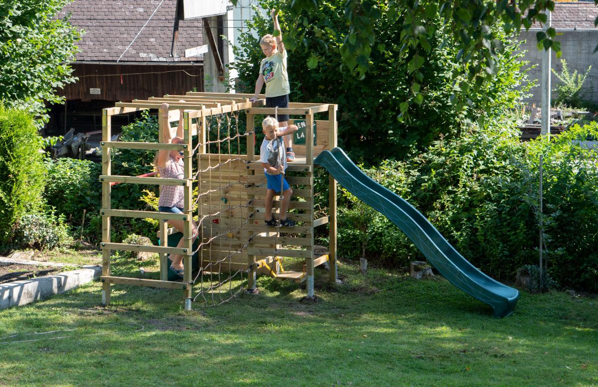 Kletterturm-mit-Rutsche-und-Schaukel-von-Wickey-happy-family