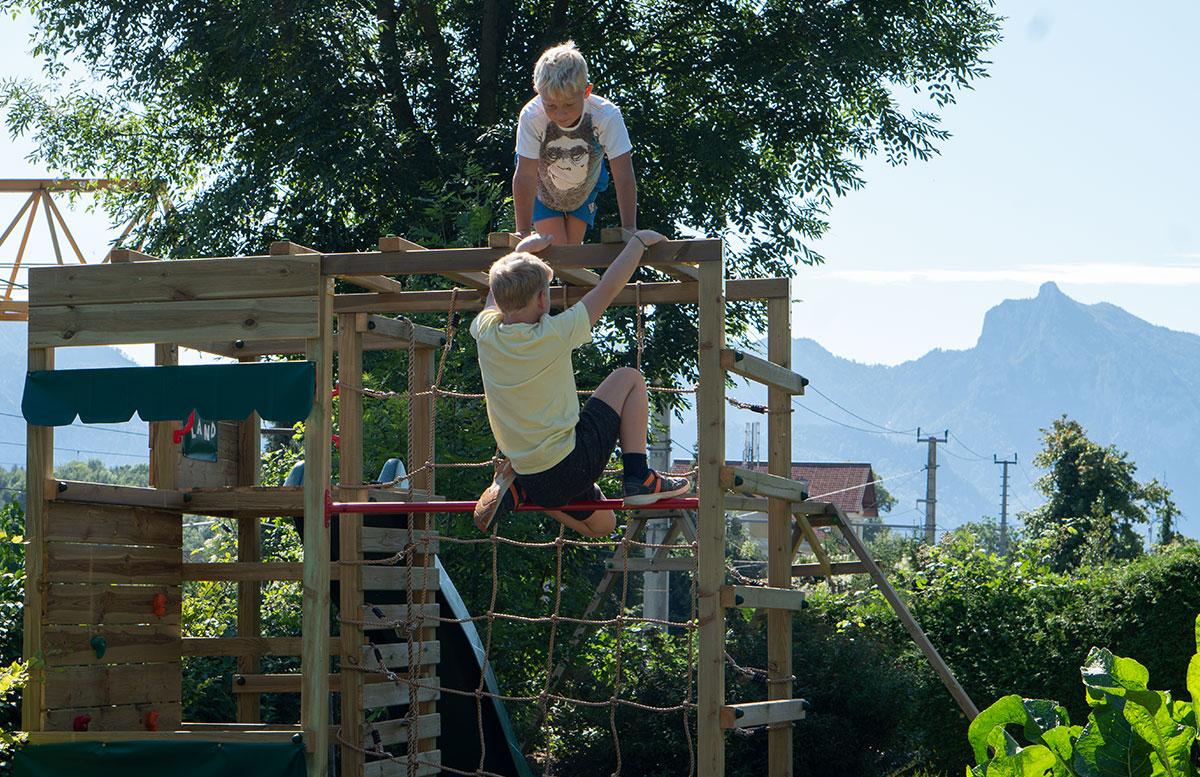 Kletterturm-mit-Rutsche-und-Schaukel-von-Wickey-kinder-klettern