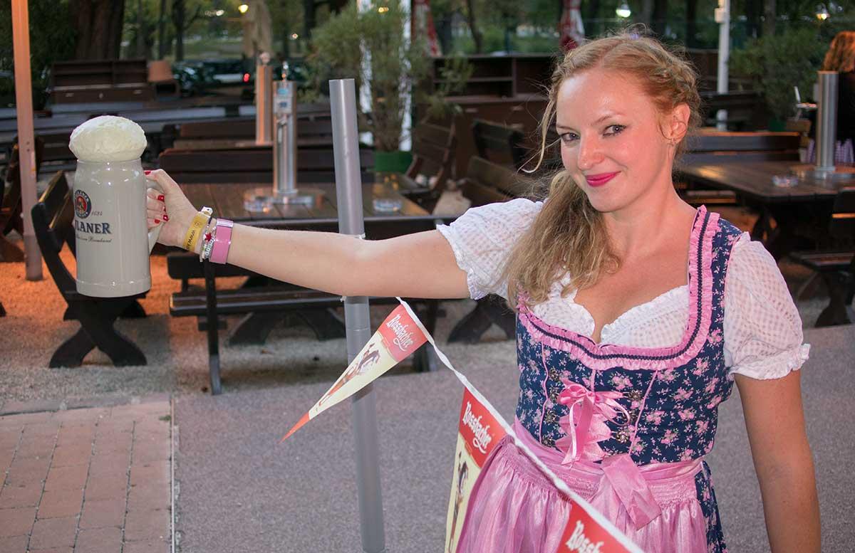Kolariks Oktoberfest bierkrug heben