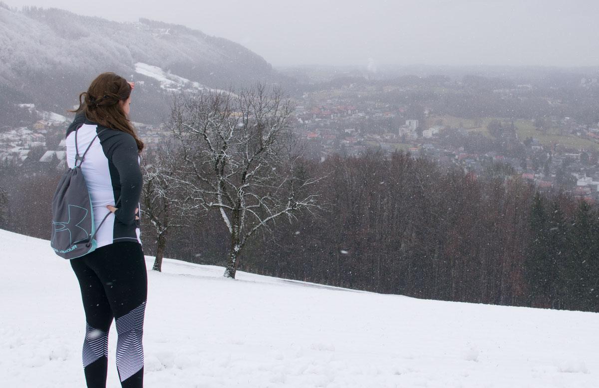 Laufen-bei-Schnee-und-Kälte-Winter-in-Gmunden-blick-ins-tal