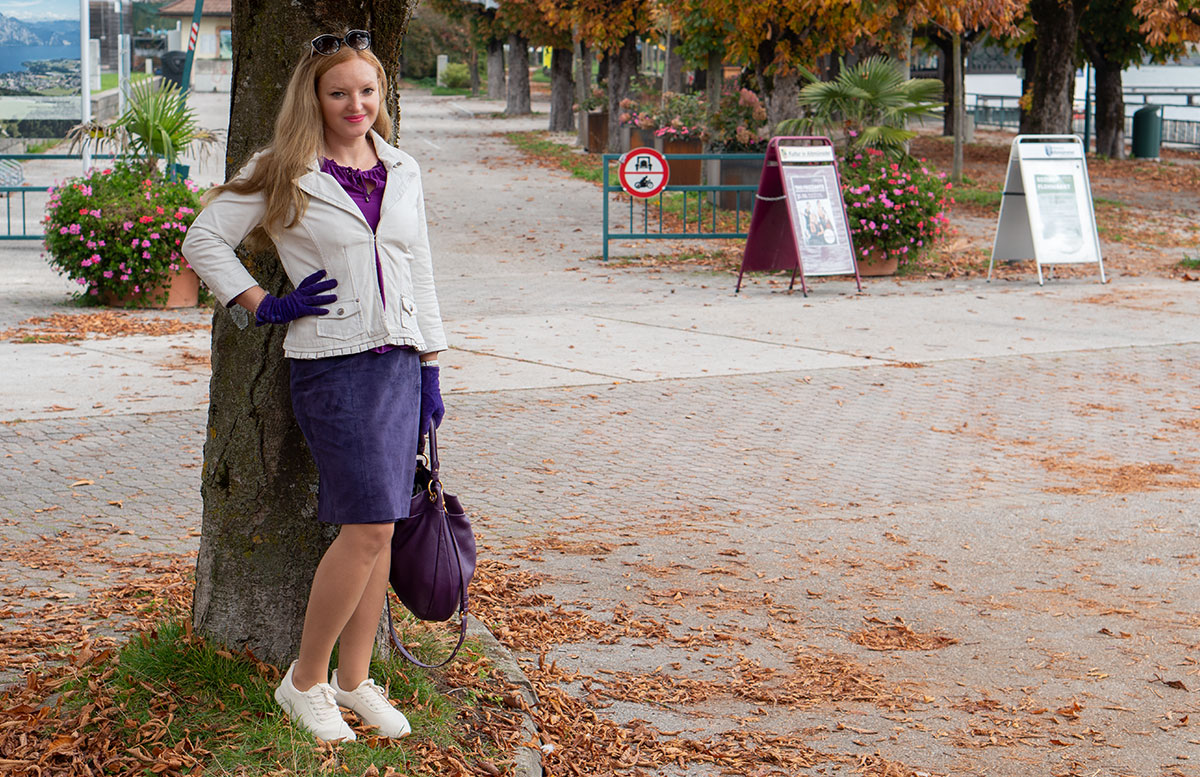 Leder-Outfit-mit-Seidenbluse-und-Merino-Sneakers-an-baum-lehnend