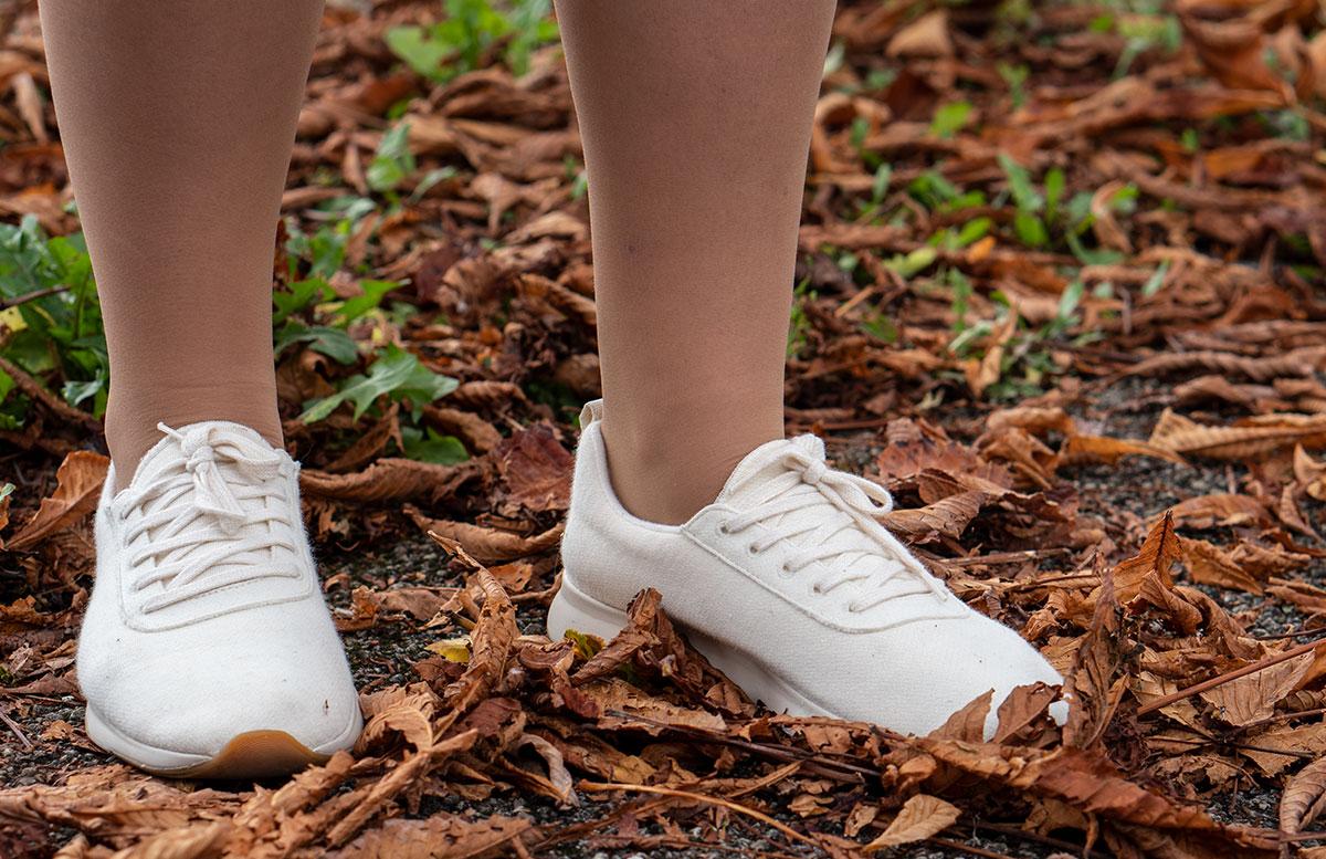 Leder-Outfit-mit-Seidenbluse-und-Merino-Sneakers-detail-schuhe