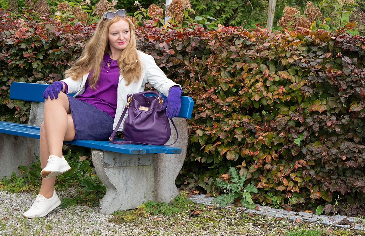 Leder-Outfit-mit-Seidenbluse-und-Merino-Sneakers-parkbank-seitlich