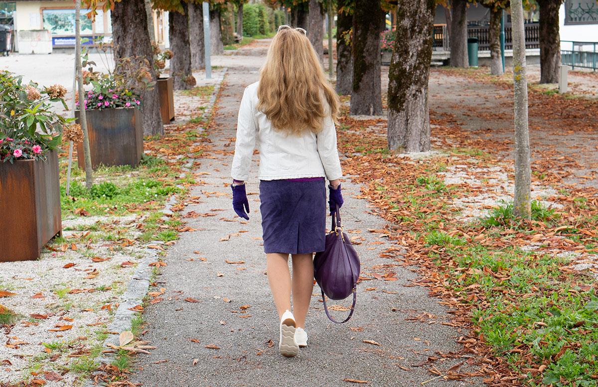 Leder-Outfit-mit-Seidenbluse-und-Merino-Sneakers-von-hinten