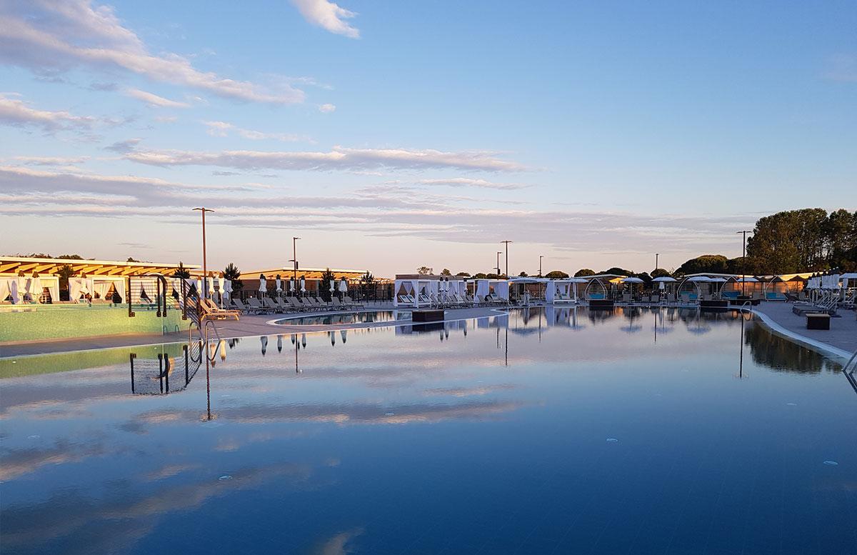 Lino-delle-fate-Eco-village-Resort-in-Bibione-poolbereich-am-abend