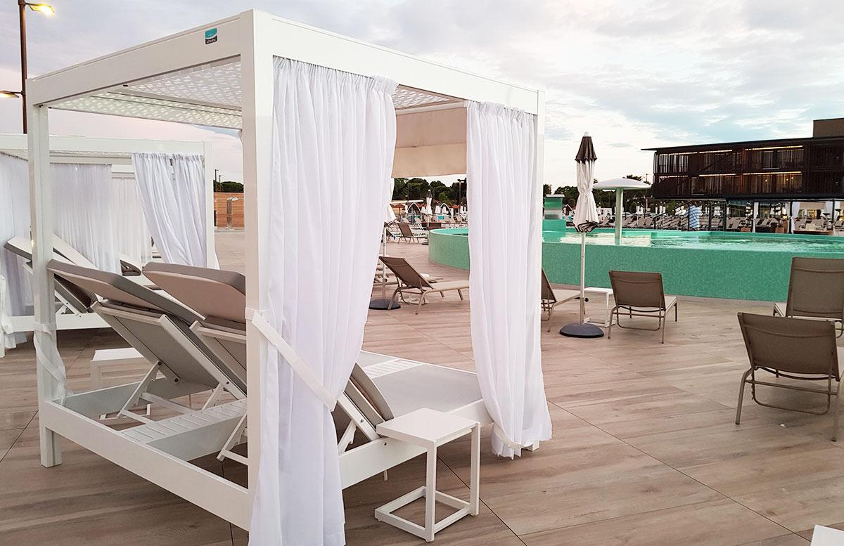 Lino-delle-fate-Eco-village-Resort-in-Bibione-strandliege-pool