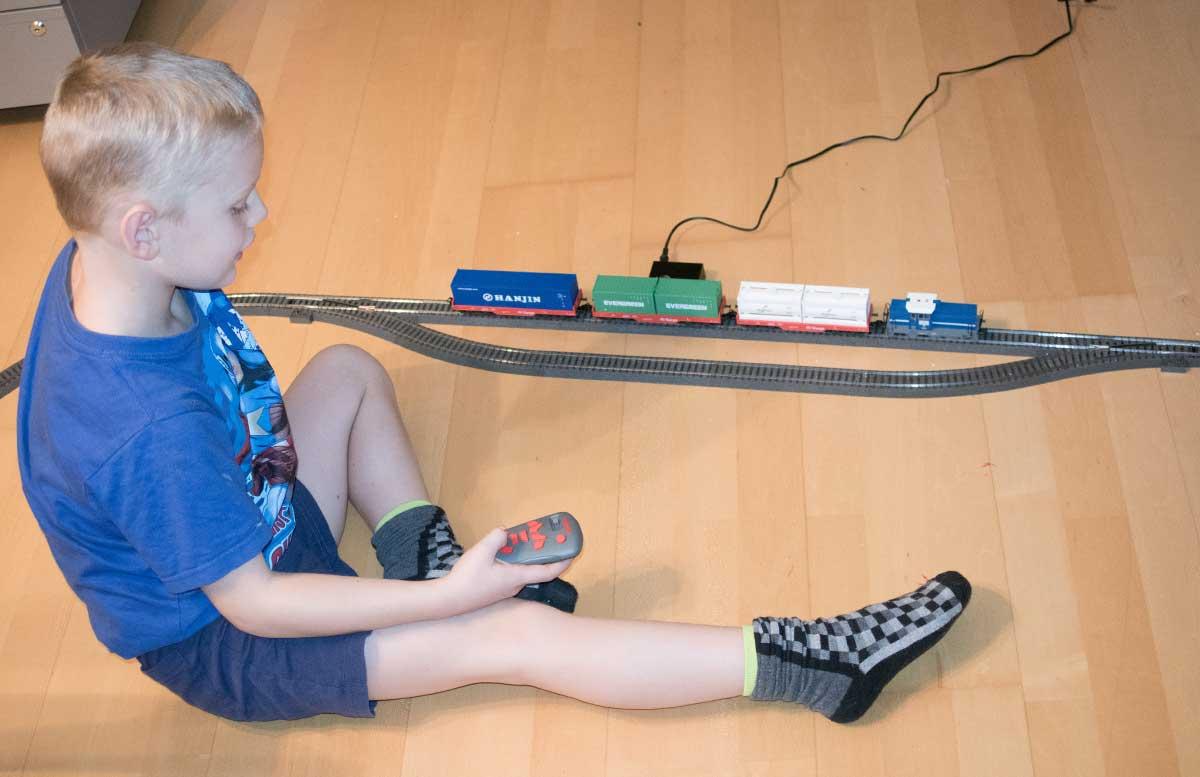 maerklin-start-up-modelleisenbahn-fuer-kinder-spielen-mit-der-eisenbahn