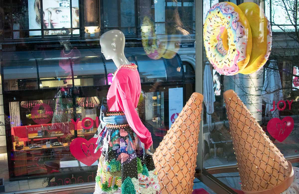 Manish Arora for Swarovski Life is Beautyful auslage swarovski candy kleid