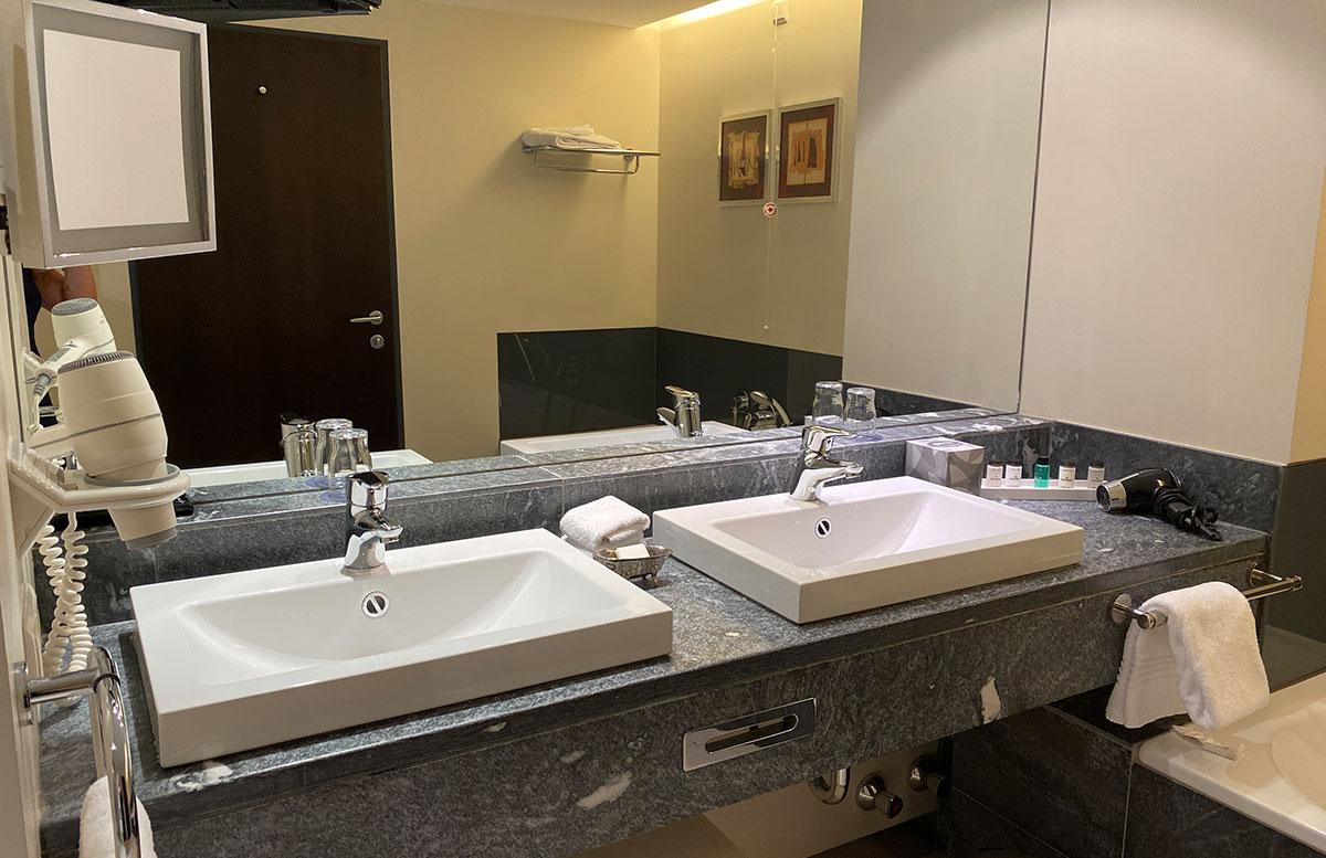 Mein-Geburtstag-im-Sheraton-Grand-Hotel-Salzburg-badezimmer