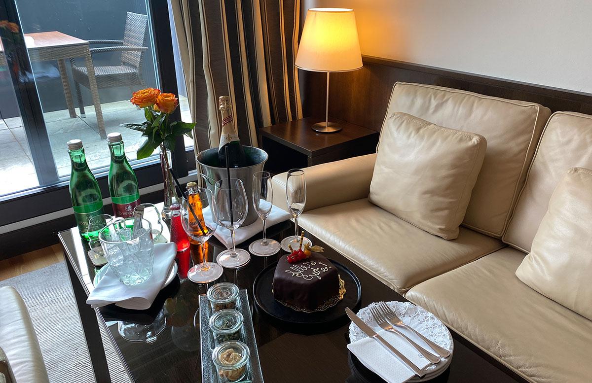 Mein-Geburtstag-im-Sheraton-Grand-Hotel-Salzburg-sitzecke
