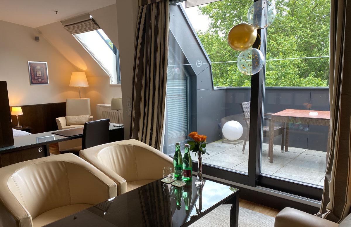Mein-Geburtstag-im-Sheraton-Grand-Hotel-Salzburg-wohnbereich