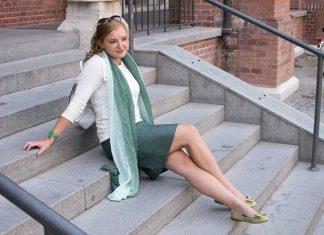 Mit-dem-Rad-durch-die-Stadt---Herbstliches-Outfit-in-Grün-auf-der-treppe