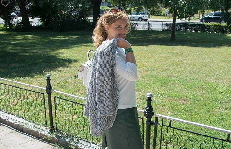 Mit-dem-Rad-durch-die-Stadt---Herbstliches-Outfit-in-Grün-blazer-über-schulter