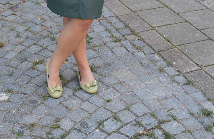 Mit-dem-Rad-durch-die-Stadt---Herbstliches-Outfit-in-Grün--detail-schuhe