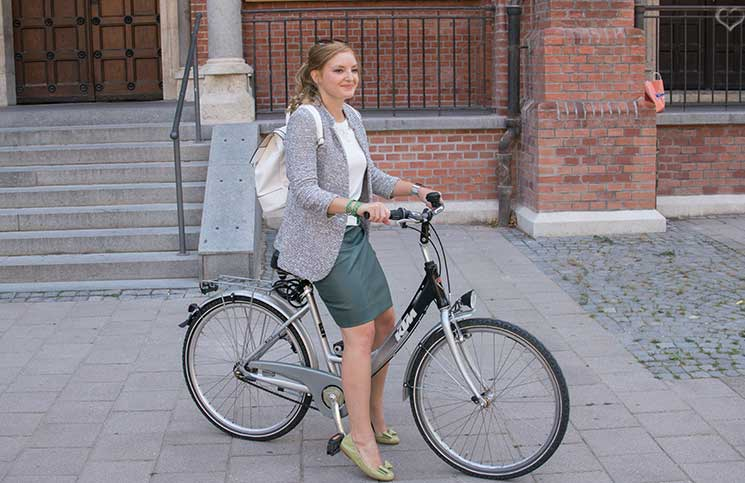 Mit-dem-Rad-durch-die-Stadt---Herbstliches-Outfit-in-Grün-fahrrad