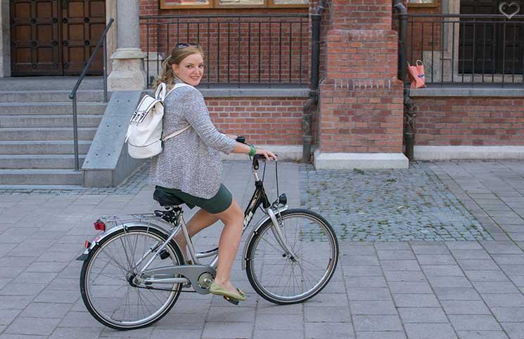 Mit-dem-Rad-durch-die-Stadt---Herbstliches-Outfit-in-Grün--rucksack-auf-den-schultern