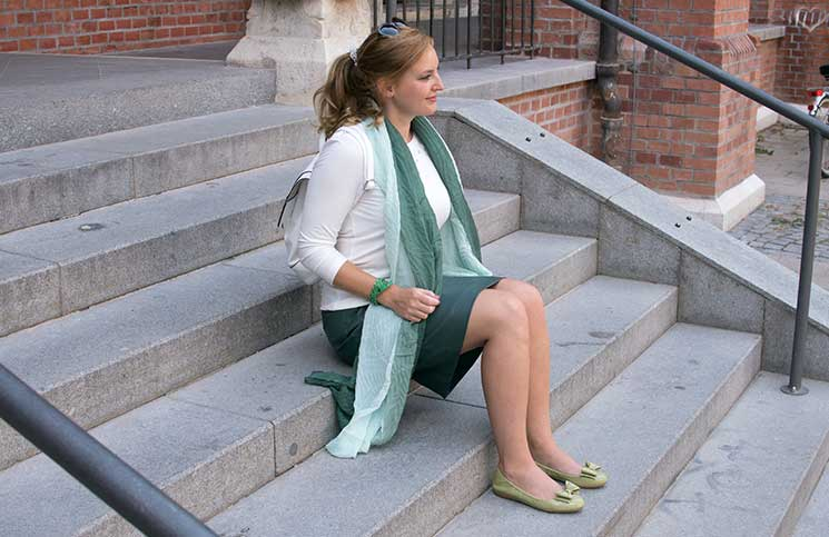 Mit-dem-Rad-durch-die-Stadt---Herbstliches-Outfit-in-Grün--sitzend-mit-schal