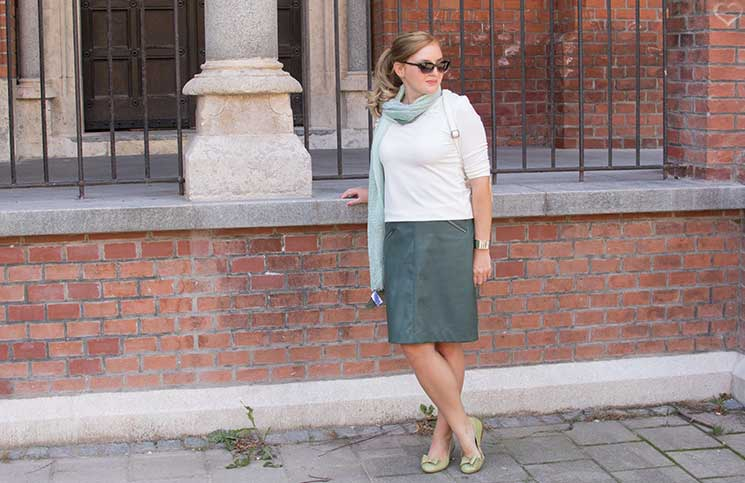 Mit-dem-Rad-durch-die-Stadt---Herbstliches-Outfit-in-Grün-stehend