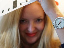 Mondaine-essence-Winter-Uhrenkollektion-2019--uhr-vicky-schirm