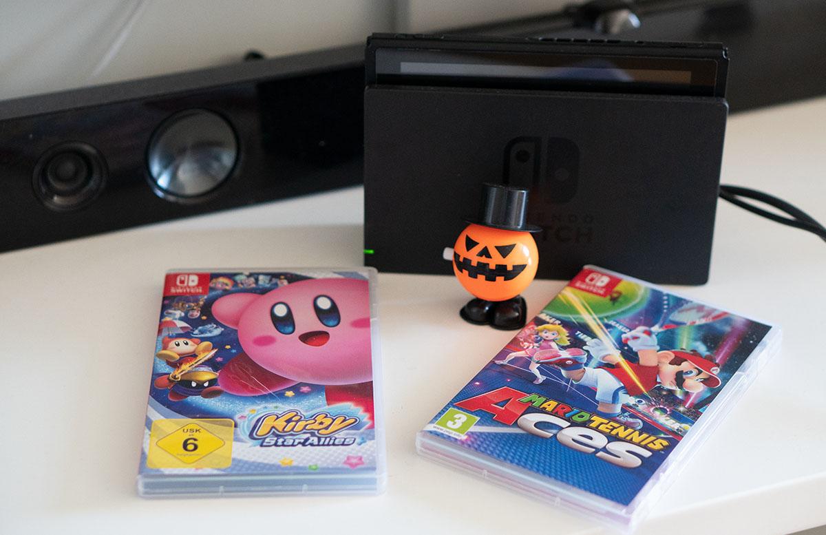 Nintendo Switch Mario Tennis Aces und Kirby Star Allies liegend auf tisch