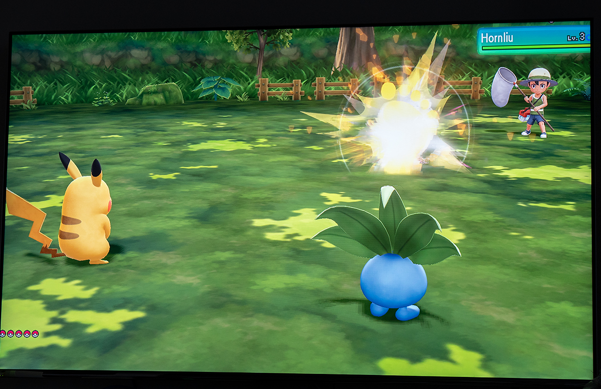 Nintendo Switch Pokemon Lets Go, Pikachu mit Pokeball kämpfen