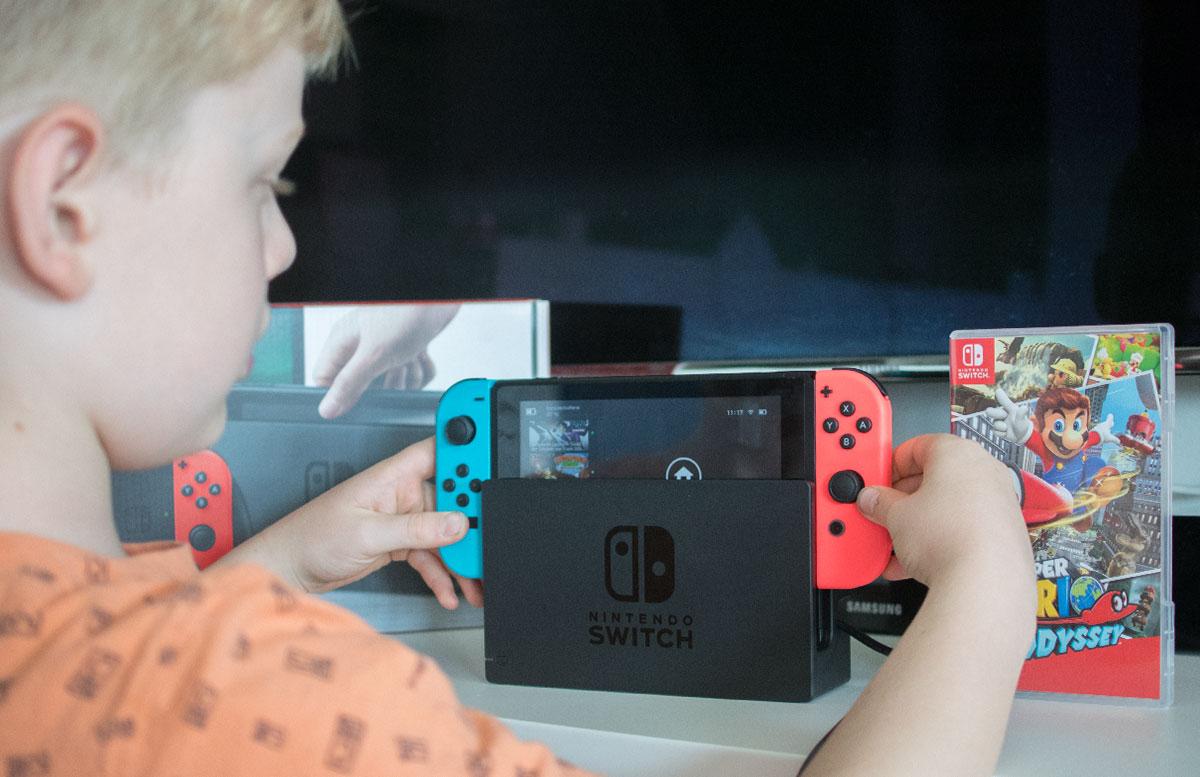 Nintendo Switch - die flexible Spielekonsole handheld modus steuerung in die konsole stecken