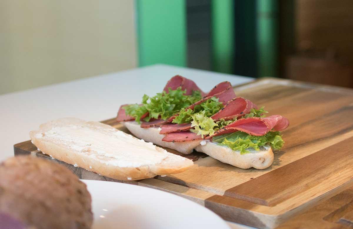 Das perfekte Pastrami Weckerl by Oliver Hoffinger pastrami sandwich