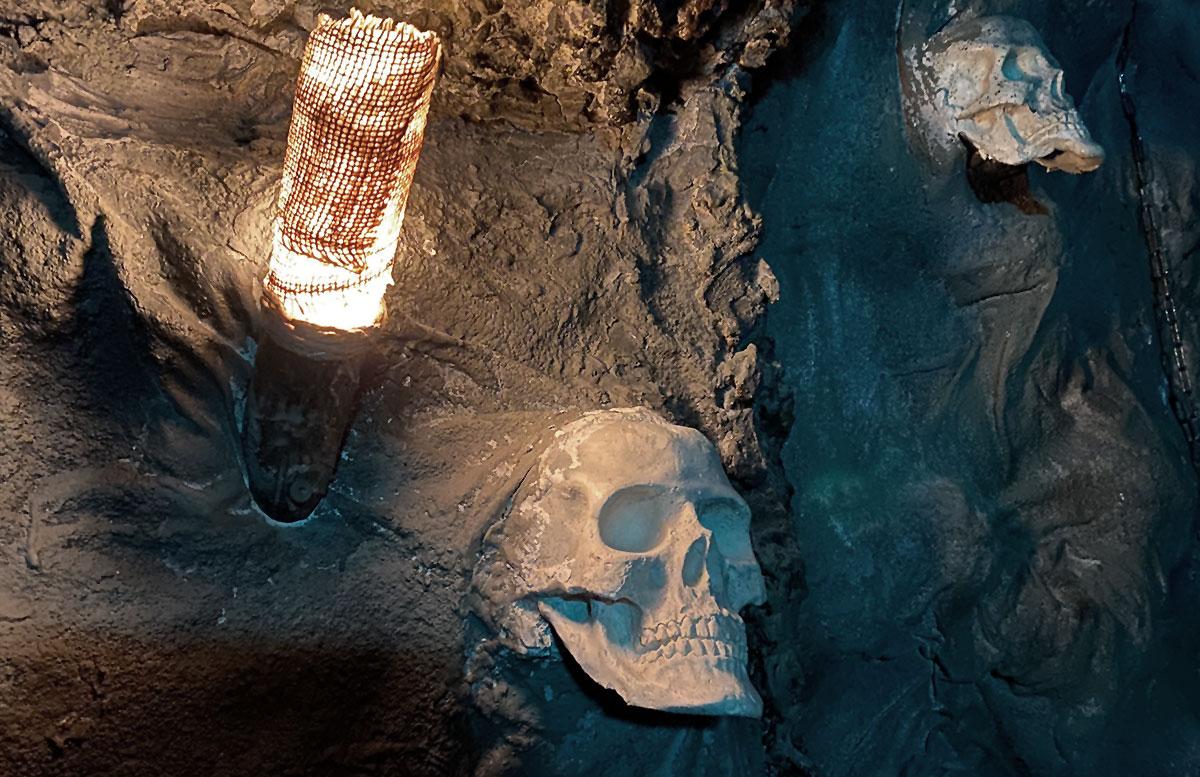 Open-the-door-Drachenhöhle-lampe-schädel