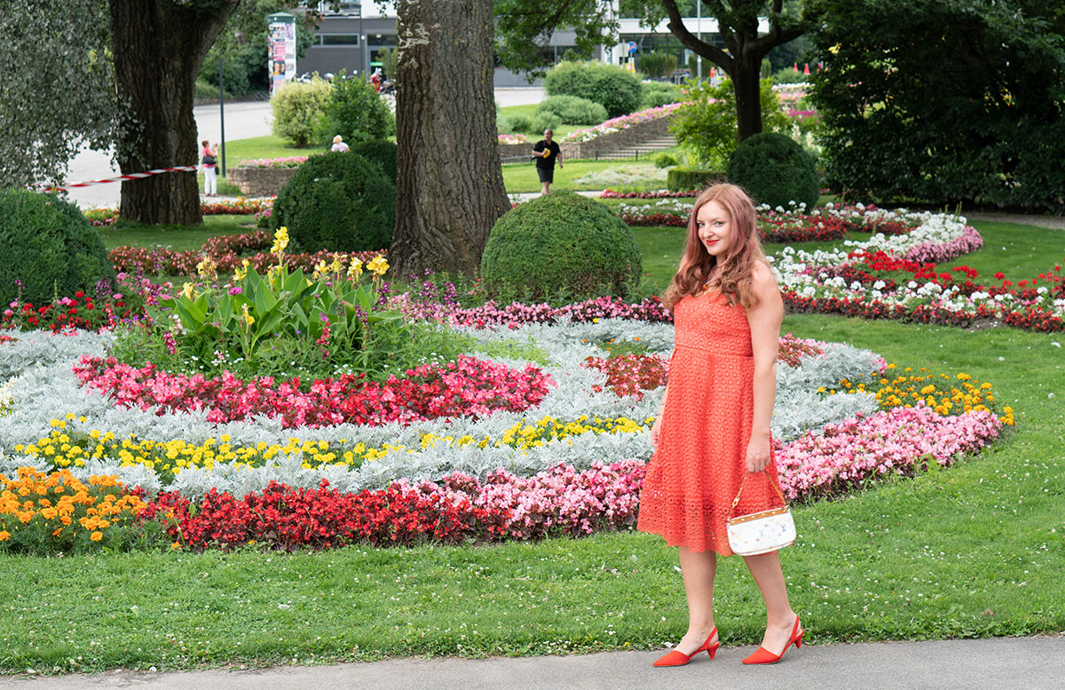 Outfit-in-der-Modefarbe-Orange-ganzkörper