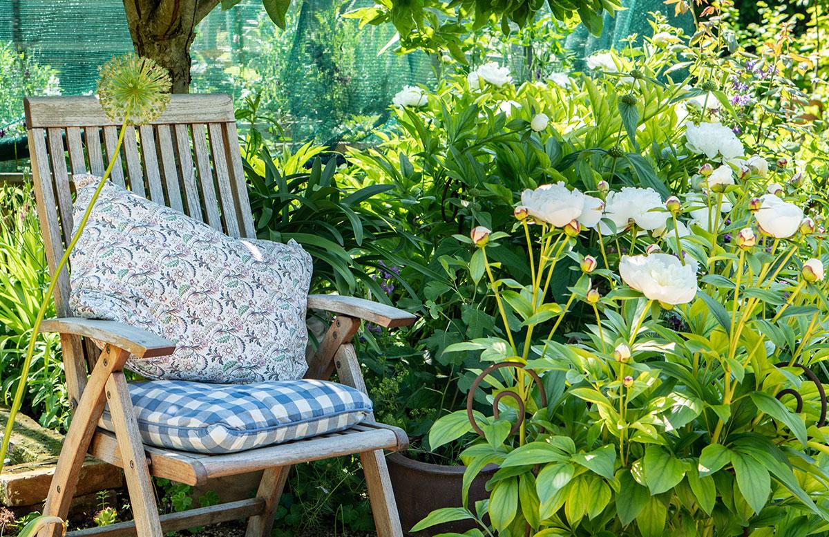 Parks-und-Gärten-in-Niederösterreich-und-Südmähren-stuhl-im-garten-bauerngarten parbus