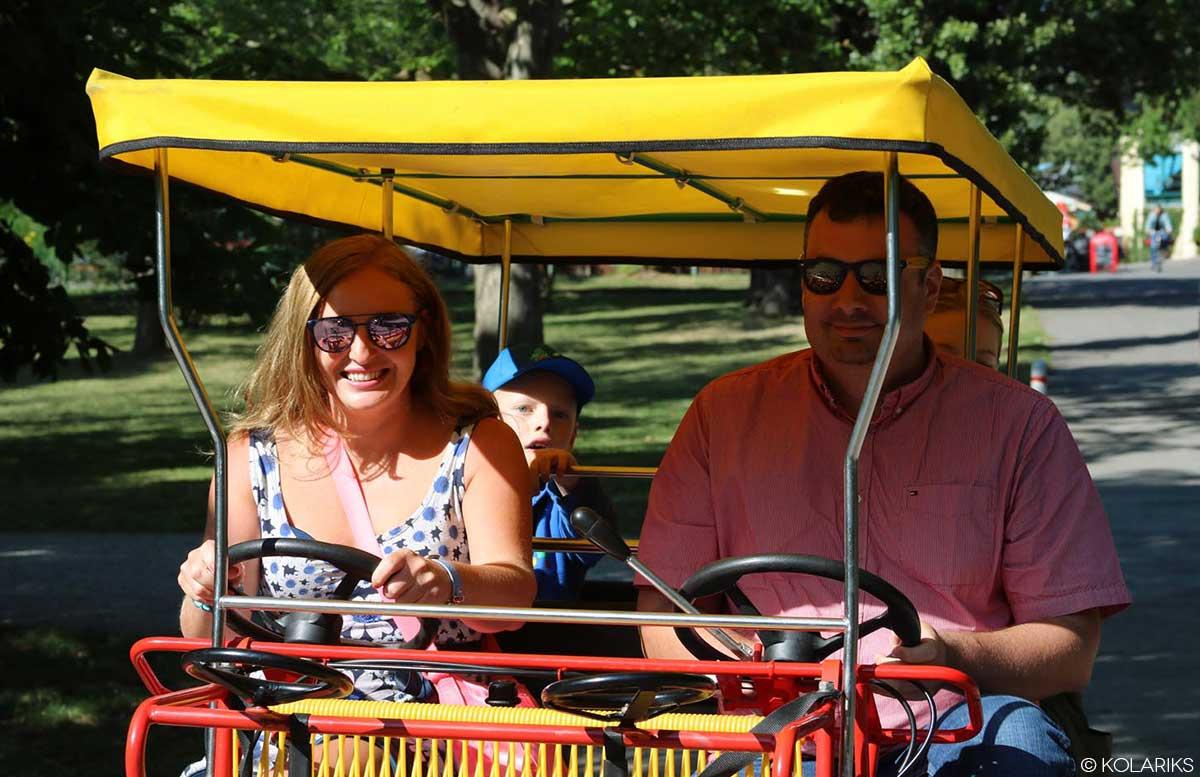 Picknick im Wiener Prater bei der Praterfee rikscha fahren mit der familie