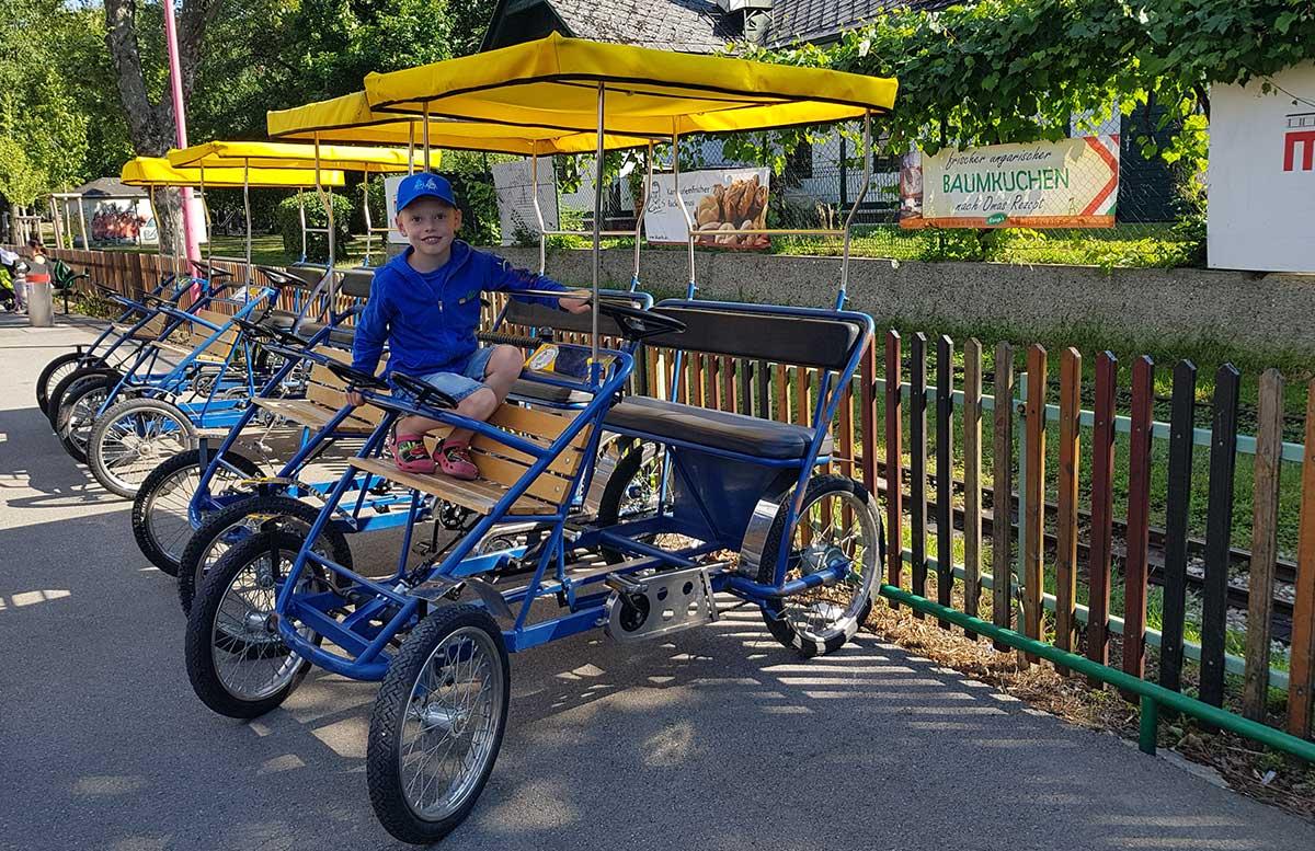 Picknick im Wiener Prater bei der Praterfee rikscha fahren