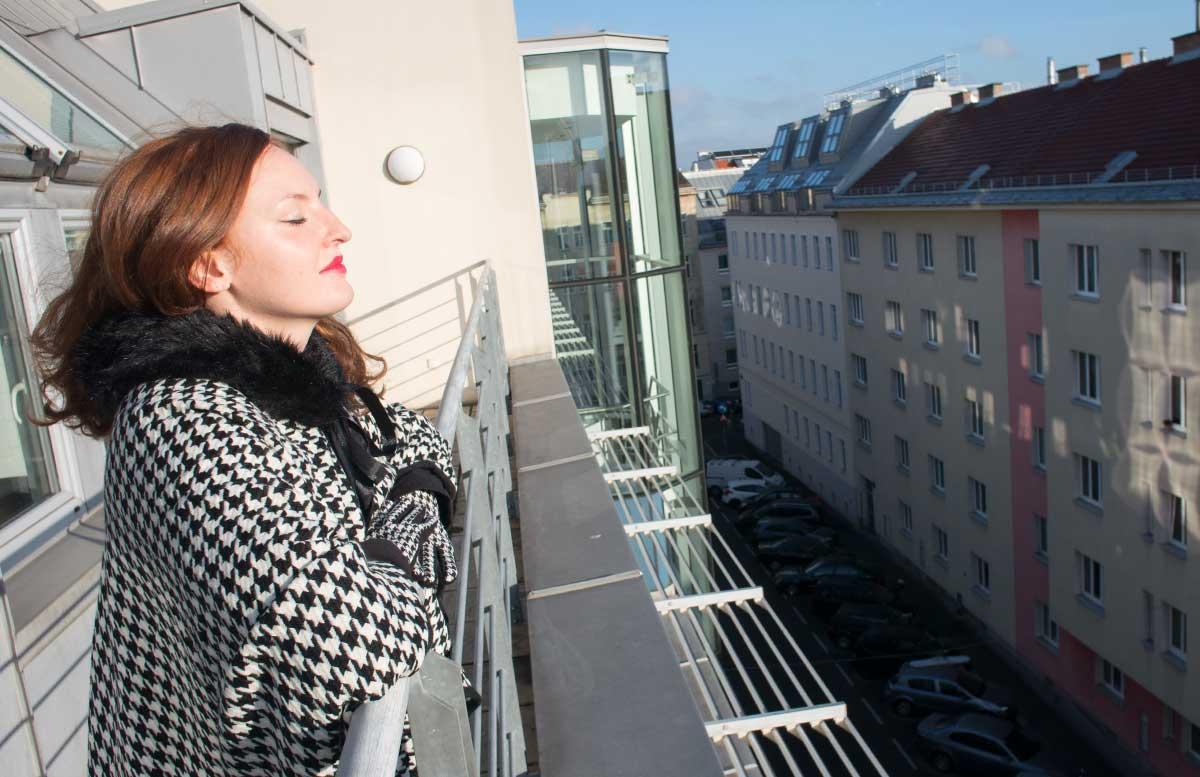 Poncho-Outfit-mit-Hahnentrittmuster-sonne-genießen